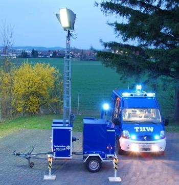 Machen die Nacht zum Tag: Lichtmast und MTW