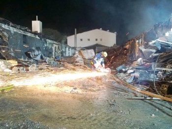 Räumarbeiten: Teile des eingestürzten Hallendaches mussten zum Löschen von Glutnestern weggeräumt werden