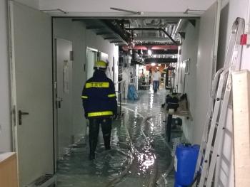 Mehrere hundert Kubikmeter Wasser hatten sich im Keller des Schwimmbades gesammelt