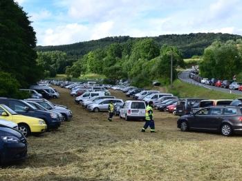 Jeder Quadratmeter genutzt: Die Fahrzeuge der Besucher wurden von den THWler routiniert auf den Parkflächen verteilt