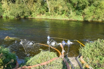 Wasserentnahmestelle: Einsetzte Tauchpumpen im Main beim Großen Angersee, Unterbrunn