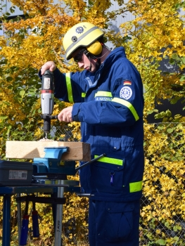 Armin Hatzold wird in der Holzbearbeitung geprüft