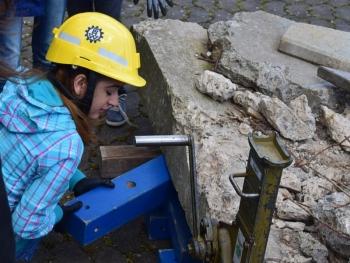 Unterbauen: Nach den Anheben der Betonplatte muss diese mit Holz unterbaut werden