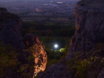 Vom Staffelberg: Blick von oben auf den eingeschalteten Lichtmast