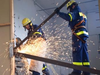 Schaffen von Zugängen: Mit schwerem Gerät bahnten sich die Helfer einen Weg durch die Abbruchhalle