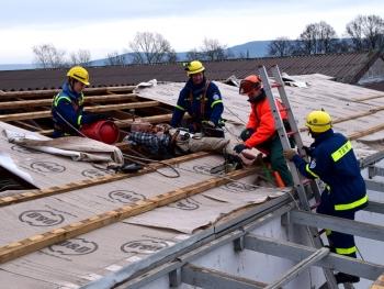 Aus der Höhe: Ein Verletzter musste vom Dach gerettet werden