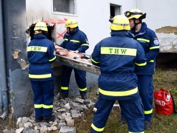 Durch die Wand: Rettung eines Verletzten in der Schleifkorbtrage durch einen Wanddurchbruch