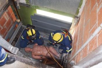 Aufzugsschacht: Ein Verletzter musste vom darüber liegenden Stockwerk aus gerettet werden