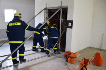 Hilfskonstruktion: Mit Hilfe des Einsatz-Gerüst-System konnte der Verletzte aus dem Aufzugsschacht gezogen werden
