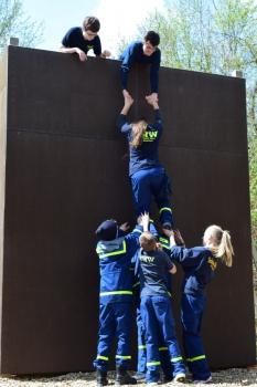 Teamwork: Überwinden einer Wand  ohne Hilfsmittel