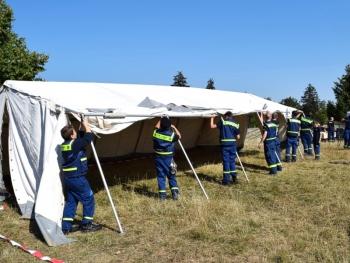 Teamwork: Gemeinsam wird die Unterkunft für die nächsten sieben Nächte errichtet
