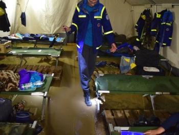 Das kann doch einen THWler nicht erschüttern: Starke Regenschauer sorgen kurzzeitig für kleinere Überschwemmungen auf dem Zeltplatz